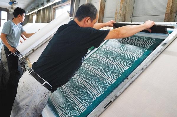 久山染工は、職人が一枚づつ染め上げるアナログなプリント工場として存在感を発揮.jpg