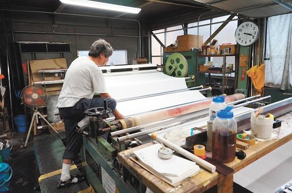 日本国内でも希少な半自動のスクリーン捺染機を持つ西田染工