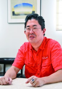 小嶋昭彦(こじま・あきひこ) 1965年生まれ、米国パーソンズ・スクール・オブ・デザイン卒業後、ニューヨークのアトリエで働く。95年、目白ファッション&アートカレッジの専任教員に。09年に校長就任。11年から理事長を兼務