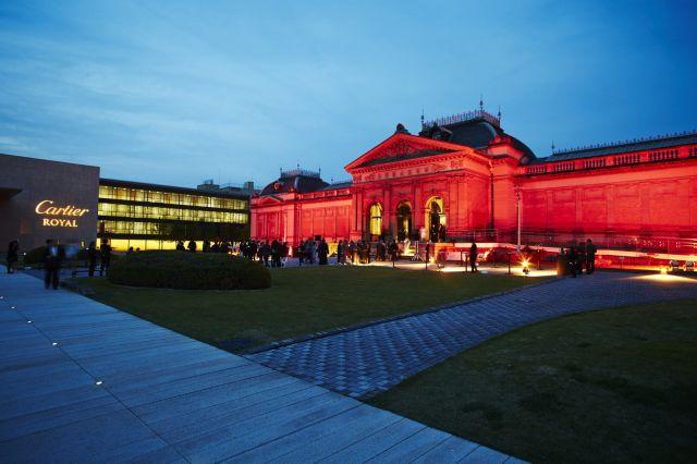 開催を記念して赤くライトアップされた京都国立博物館明治古都館と平和知新館