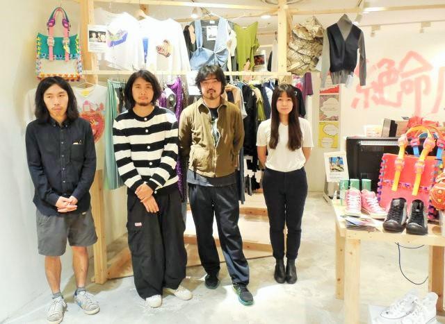 リアル店にしかできない売り方を提案した(右から青木、坂部、山縣、村上)