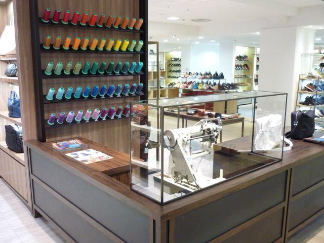職人が縫製を実演するコーナーを設置(レザークラフトマンワールド)
