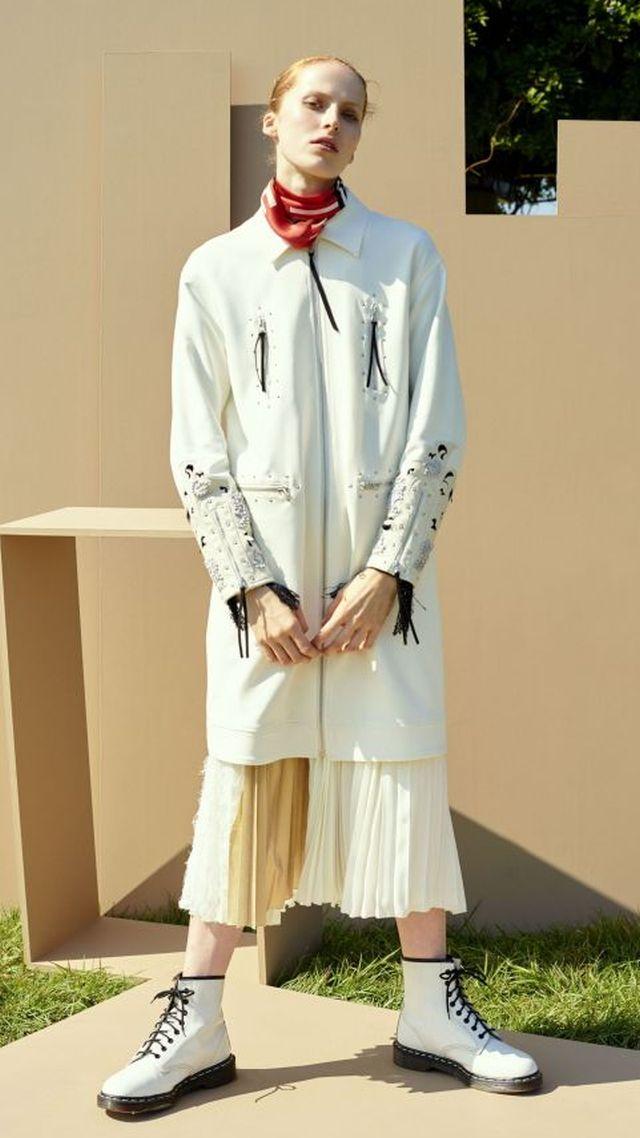 「アンソール」コート9万8000円、はぎ合わせのプリーツスカート4万5000円