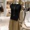 売れているフェイクレザースカート1万8000円、サイドにゴールドのジップ付きニットのプルオーバー1万5500円(ガリャルダガランテ)