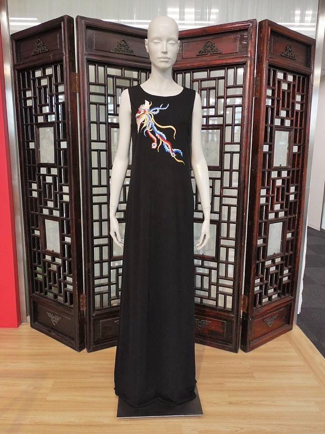 ロングドレスは金沢の伝統工芸品としてのタグも付けて販売する