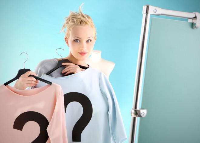 服を比較試着する女性