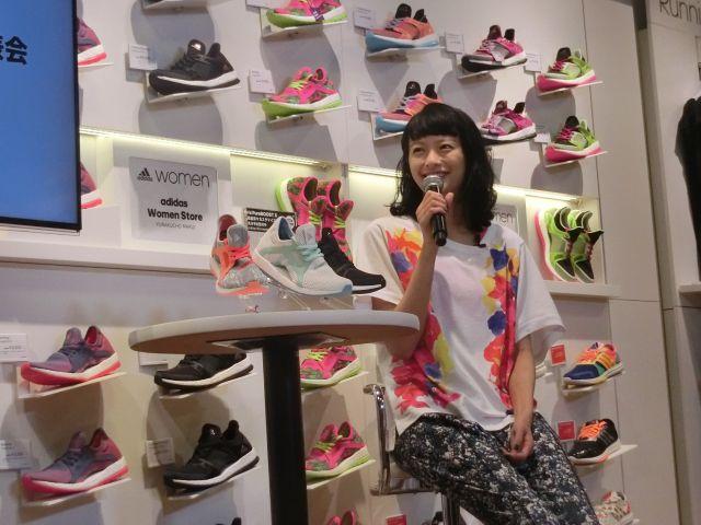 限定モデルの披露会見で微笑む榮倉奈々さん
