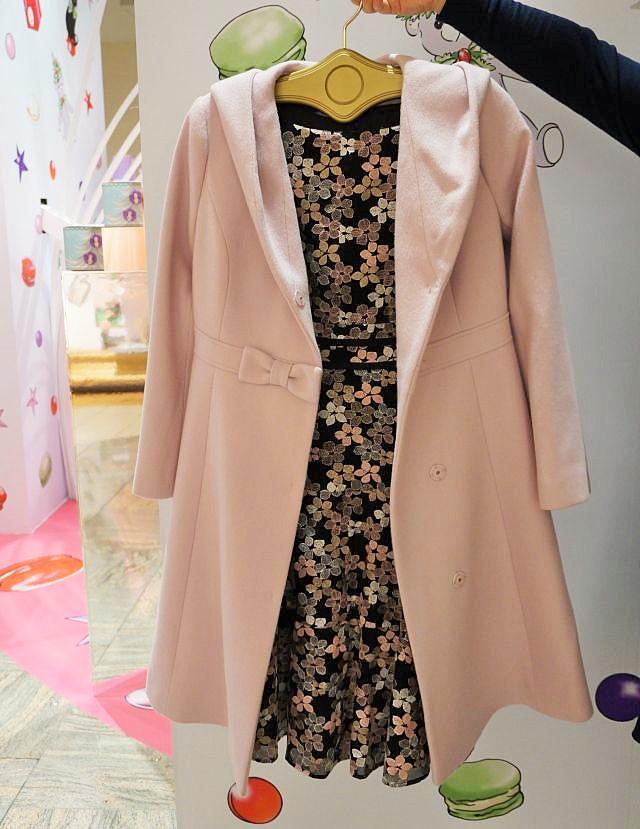 去年はネイビーが売れていたが、今年は春カラーのピンクベージュが売れているコート(6万3720円、「トッカ」)。コートを着ている状態でも「トッカらしさ」を出したいという顧客ニーズがあるとみている