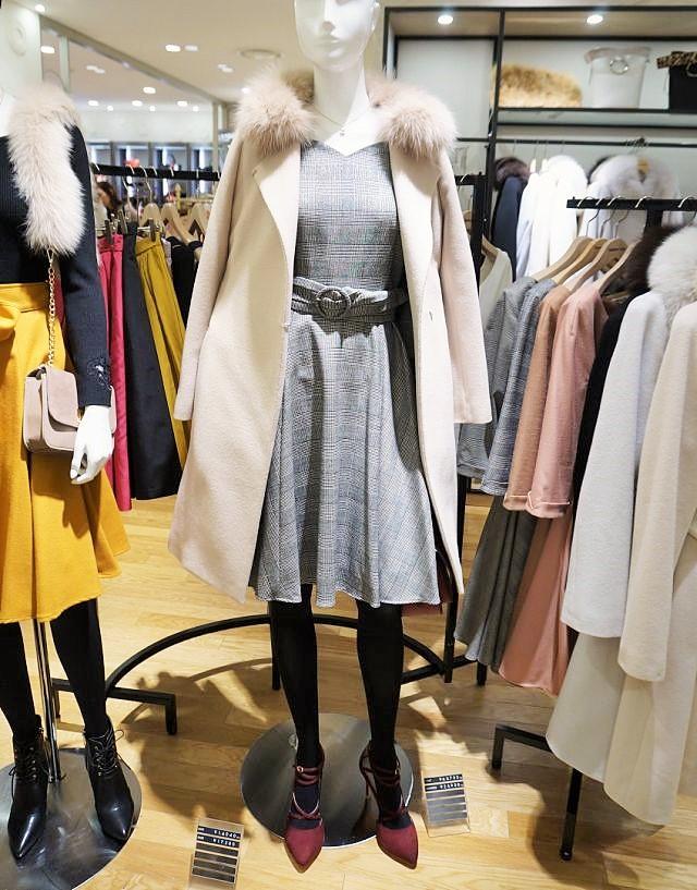 襟のファーを袖に付け替えられるフォーウェーコート(6万3720円)、胸元がハート型になったチェック柄ワンピース(2万5920円)=ともに「アプワイザー・リッシェ」