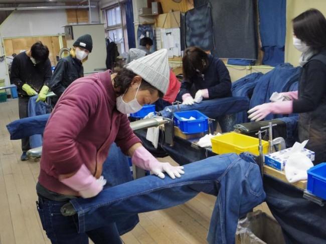 薬品を使ってジーンズに表情を加えていく工程