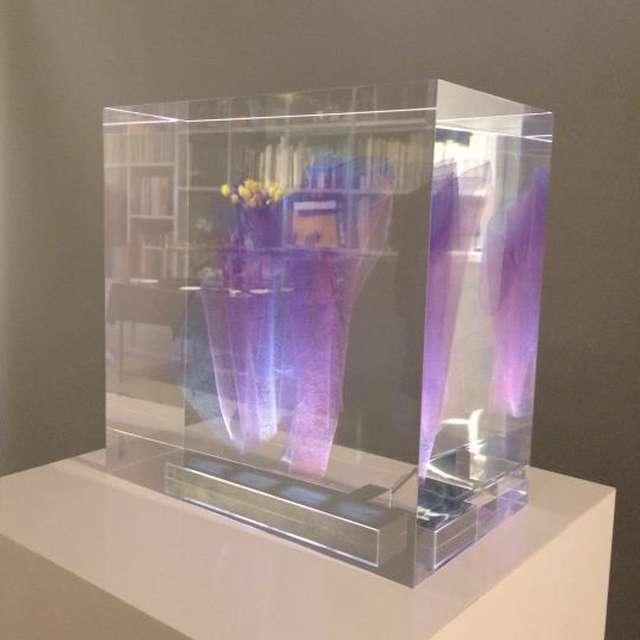グラデーションに染めた二重紗が浮かぶ樹脂製の照明