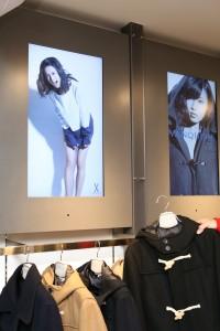 ハンガーを手に取ると上部のディスプレーが反応し、アイドルが着用したスタイルが表示される「チームラボハンガー」