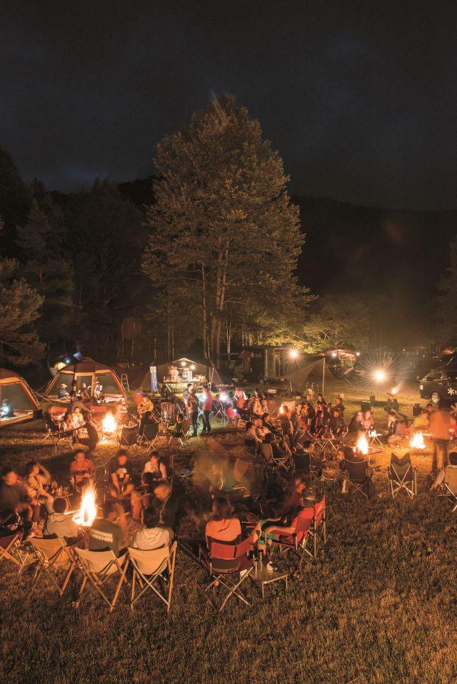 一般消費者と焚き火を囲って交流を図るキャンプイベント「スノーピークウェイ」